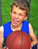 Adolescente alegre con un baloncesto al aire libre Imagen de archivo libre de regalías