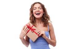 Adolescente alegre con una actual caja Fotografía de archivo libre de regalías