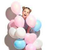 Adolescente alegre da beleza com os balões de ar coloridos que têm o divertimento imagens de stock