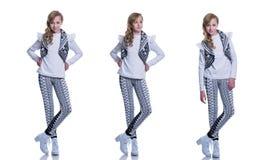 Adolescente alegre dulce que lleva el chaleco hecho punto, los pantalones y las botas modernas aislados en el fondo blanco Ropa d Imagenes de archivo