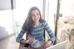 Adolescente alegre en el café Fotos de archivo