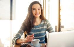 Adolescente alegre en el café Fotografía de archivo