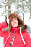 Adolescente alegre en el earflap caliente que se divierte en delanteras del invierno Imágenes de archivo libres de regalías