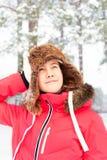 Adolescente alegre en el earflap caliente que se divierte en delanteras del invierno Fotos de archivo libres de regalías