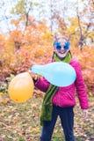 Adolescente alegre, en gafas de sol divertidas Foto de archivo libre de regalías
