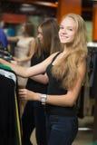 Adolescente alegre hacia fuera para hacer compras Fotos de archivo