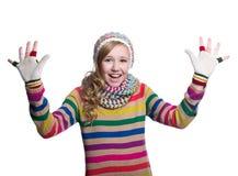 Adolescente alegre lindo que lleva el suéter, la bufanda, guantes coloridos y el sombrero rayados aislados en el fondo blanco Rop Fotografía de archivo libre de regalías