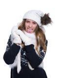 Adolescente alegre lindo que presenta en el estudio Mostrar emociones Suéter, bufanda, sombrero y manoplas de lana hechos punto q Imagen de archivo libre de regalías
