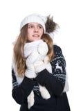 Adolescente alegre lindo que presenta en el estudio Mostrar emociones Suéter, bufanda, sombrero y manoplas de lana hechos punto q Imágenes de archivo libres de regalías