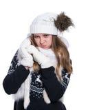 Adolescente alegre lindo que presenta en el estudio Mostrar emociones Suéter, bufanda, sombrero y manoplas de lana hechos punto q Imagen de archivo