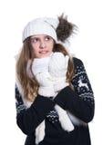 Adolescente alegre lindo que presenta en el estudio Mostrar emociones Suéter, bufanda, sombrero y manoplas de lana hechos punto q Foto de archivo