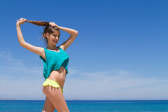 Adolescente alegre moreno en ropa de playa goza de Fotografía de archivo libre de regalías