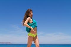 Adolescente alegre moreno en ropa de playa goza de Imagenes de archivo