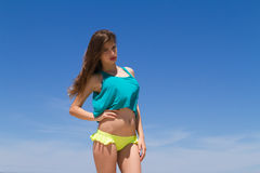 Adolescente alegre moreno en ropa de playa goza de Imagen de archivo libre de regalías