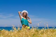 Adolescente alegre moreno en ropa de playa goza de Foto de archivo