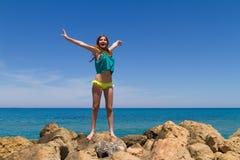 Adolescente alegre moreno en ropa de playa goza de Fotos de archivo