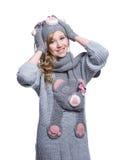 Adolescente alegre precioso que lleva el suéter, la bufanda, las manoplas borrosas y el sombrero aislados en el fondo blanco Ropa Imagen de archivo