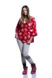 Adolescente alegre precioso que presenta en el estudio Sudadera con capucha roja del invierno que lleva con los copos de nieve Ai Fotografía de archivo