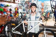 Adolescente alegre que busca la nueva bici del deporte Fotos de archivo libres de regalías
