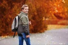 Adolescente alegre que camina en parque Fotos de archivo