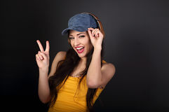 Adolescente alegre que escucha la música en el auricular inalámbrico a del oro Fotografía de archivo