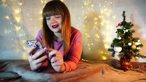 Adolescente alegre que joga jogos do Internet filme