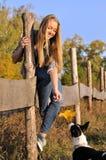 Adolescente alegre que juega con el perro outbred Imagen de archivo libre de regalías