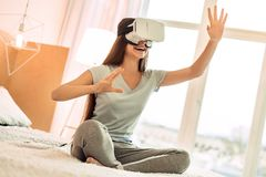 Adolescente alegre que juega con las auriculares de VR Foto de archivo libre de regalías