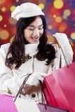 Adolescente alegre que mira los panieres Foto de archivo libre de regalías