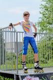 Adolescente alegre que patina en el parque Fotos de archivo libres de regalías