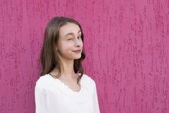 Adolescente alegre que presenta afuera Fotografía de archivo libre de regalías