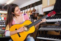 Adolescente alegre que presenta con la guitarra clásica Fotos de archivo libres de regalías