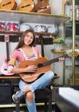 Adolescente alegre que presenta con la guitarra clásica Imagenes de archivo