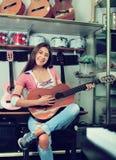 Adolescente alegre que presenta con la guitarra clásica Fotografía de archivo libre de regalías