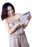 Adolescente alegre que usa la PC de la tableta Imagen de archivo libre de regalías