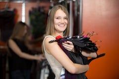 Adolescente alegre que va al sitio apropiado en tienda Fotografía de archivo