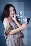 Adolescente alegre usando smartphone Imagen de archivo libre de regalías
