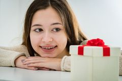 Adolescente alegre y emocionado con la caja de regalo Fotos de archivo