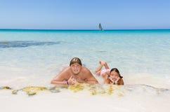 Adolescente alegre y niña que relajan, nadando y disfrutando allí del tiempo libre Fotografía de archivo