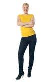 Adolescente alla moda che propone con le braccia attraversate Immagini Stock