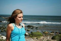 Adolescente alla spiaggia Immagini Stock