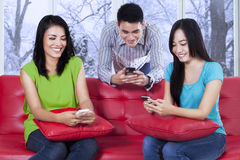 Adolescente allegro che manda un sms con il cellulare Immagine Stock