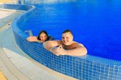 Adolescente allegro e ragazza felici che si rilassano nella piscina e che godono del loro tempo di vacanza di svago Immagini Stock