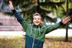 Adolescente allegro in parco fotografia stock libera da diritti