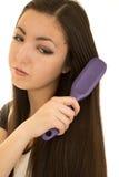 Adolescente americano asiático cepillando su pelo oscuro largo Imagenes de archivo