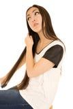 Adolescente americano asiático escovando seu cabelo escuro longo Foto de Stock
