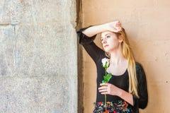 Adolescente americano joven con el pelo rubio largo, piel blanca, m Fotos de archivo libres de regalías