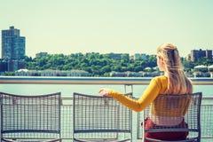 Adolescente americano joven que le falta, esperándole Foto de archivo