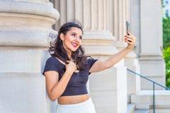 Adolescente americano que toma la imagen de su uno mismo con el teléfono celular Imágenes de archivo libres de regalías
