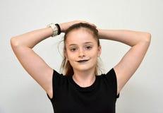 Adolescente amistoso con los labios pintados negro Imágenes de archivo libres de regalías